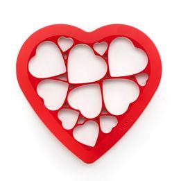 Cortador-de-biscoito-de-plastico-Coracao-Lekue-vermelho-25-x-24-x-15-cm---25733